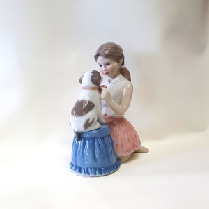 Bimba con cagnolino