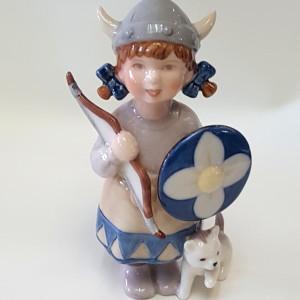 Bimba vichingo con arco e scudo