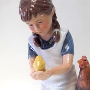 Bimba con gallina