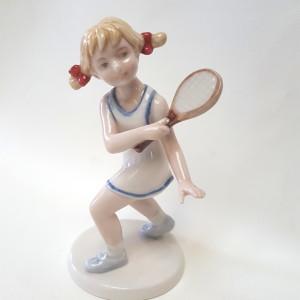 Bimba che gioca a tennis