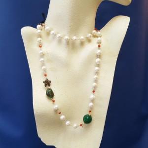 Collana di perle bianche, diaspro e quarzi
