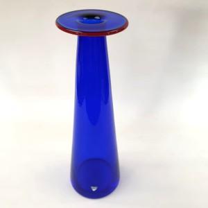 Vaso blu e fascia rossa