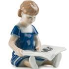 Mini Elsa che legge